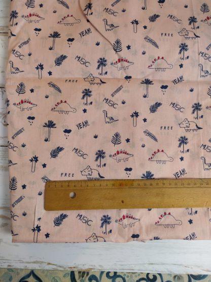 coton-rose-clair-motifs-dinosaures-bleus