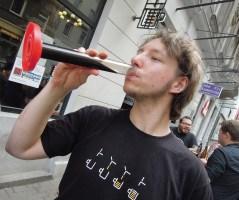 Paweł degustuje brzeczkę RISa. Moc czekolady!
