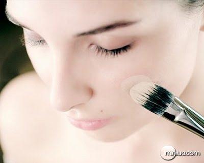 rosto-pincel-base-maquiagem-beleza