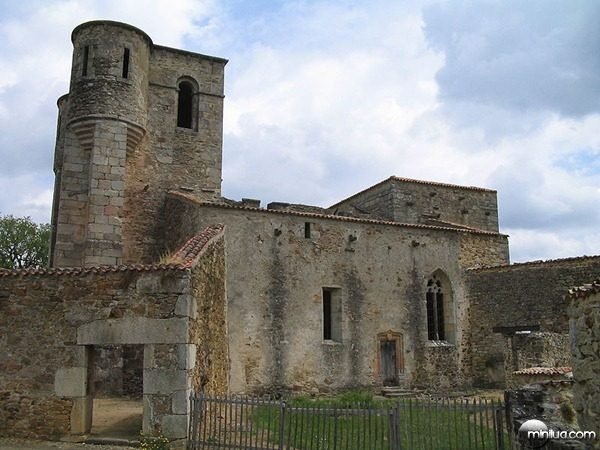 800px-Oradour-sur-Glane-Church-1275