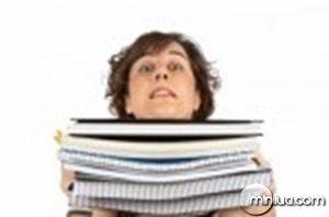 A-jovem-estudante-arquivos-mulher-ocupada-carregando-empilhados-sobre-um-fundo-branco-322592