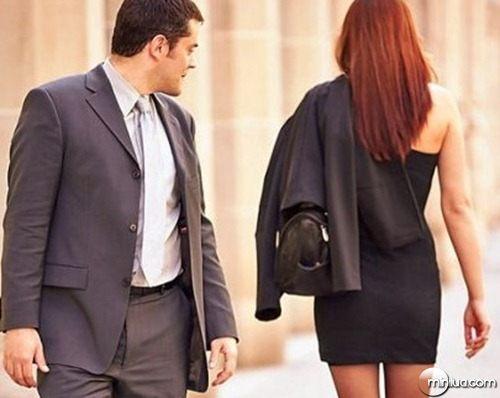 Homem-olhando-para-quadril-de-mulher-que-passa-em-sentido-oposto