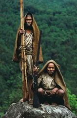 Unable to sustain a livelihood with the little land they own, Mani Lal and his brother Sri Lal, make a living as honey hunters. Central Nepal.<br /><br /><br /> N ayant pas suffisamment de terres pour survivre, Mani Lal Gurung et son frere Sri Lal, sont chasseurs de miel. Centre du Nepal.<br /><br /><br />