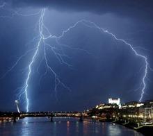 04jul2012---um-raio-cai-sobre-o-rio-danubio-em-bratislava-na-eslovaquia-1341430770540_956x500
