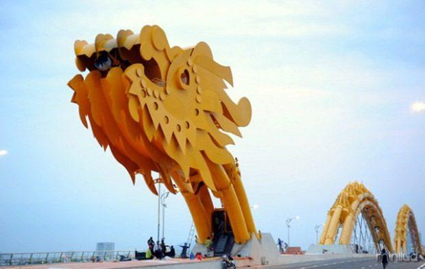 Fire-Breathing-Dragon-Bridge-Vietnam-1-620x392
