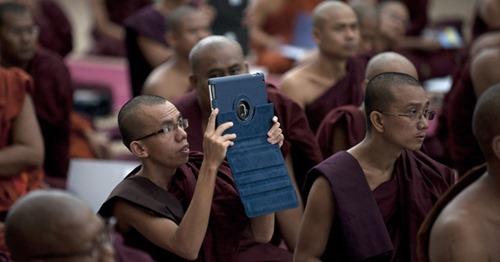 13jun2013---monge-budista-fotografa-com-tablet-durante-conferencia-sobre-violencia-religiosa-em-um-monasterio-de-yangon-em-mianmar-1371135858210_956x500