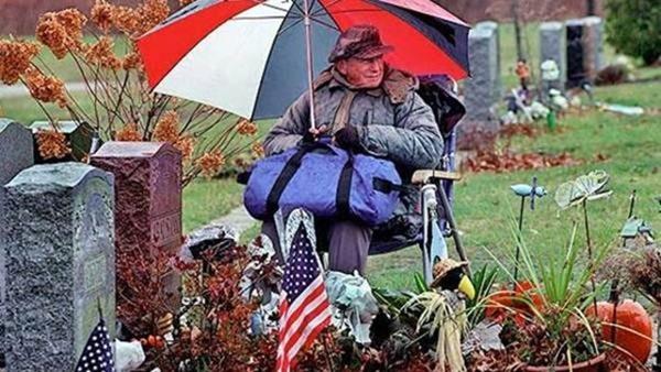 o-amor-nunca-morre-americano-passa-20-anos-sentado-no-tumulo-da-esposa-ate-ir-a-seu-encontro