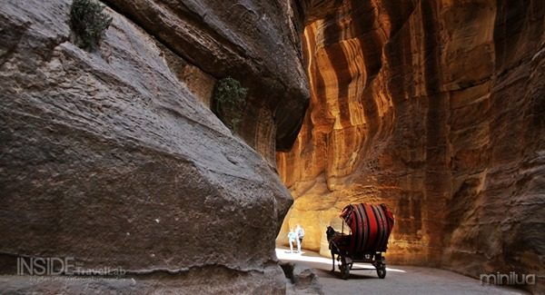 Approaching-Petra-with-horse-and-carriage