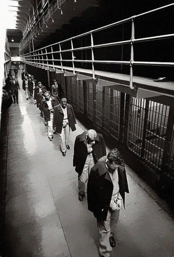 Últimos prisioneros abandonando la Isla de Alcatraz, 1963.