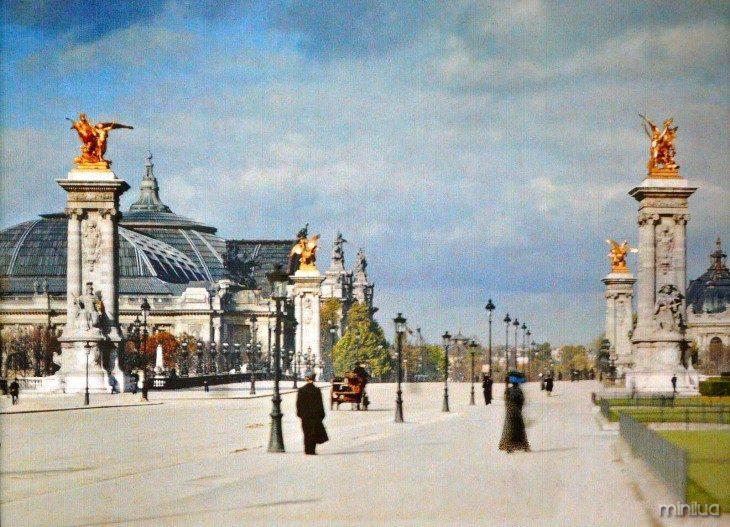 Pessoas andando no meio da rua em Paris no século XX