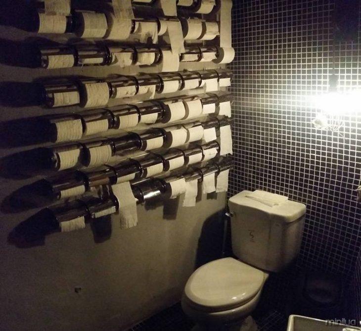 muitos rolos de papel no banheiro