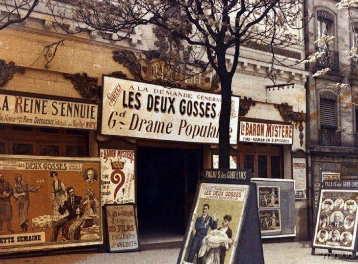 teatro em Paris com a publicidade das suas funções