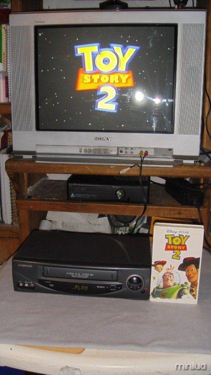 Película de Toy Story en Vhs reproduciendose en una televisión