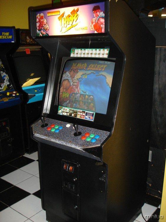 máquina arcade con juegos de Mortal Kombat y Street Fighter