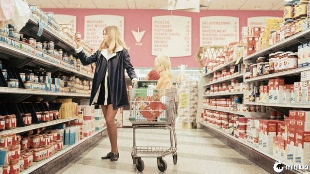 Mulher em um supermercado