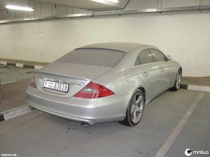 Mercedes Benz cinza abandonado em um estacionamento em Dubai