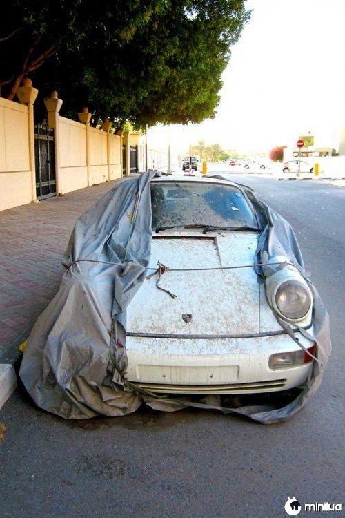 Branco Porsche abandonado nas ruas de Dubai