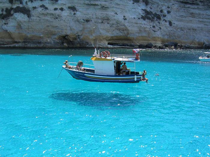 O barco olha como está flutuando no ar
