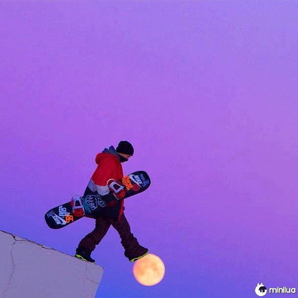 Snowboarder-walking-on-moon-perfeito-timing