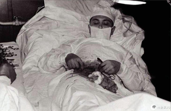 Doutor sendo operado apenas
