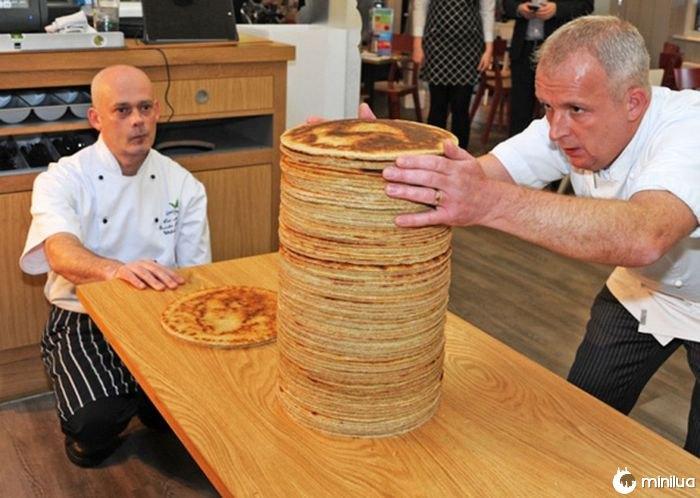 Homem resolver tortillas de farinha perfeitamente redonda