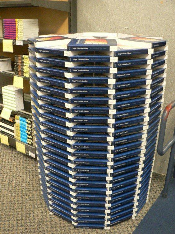 livros em uma biblioteca acomodados em um círculo