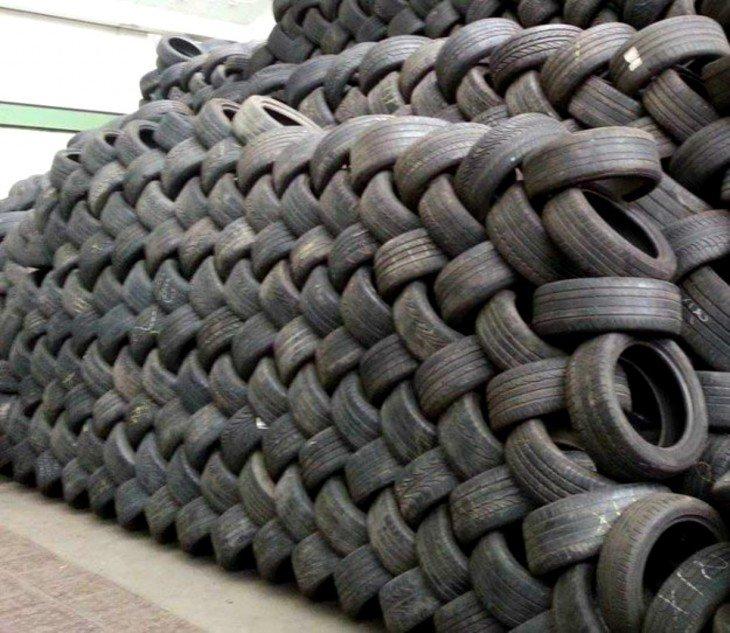 pneus empilhados em um quarto perfeitamente