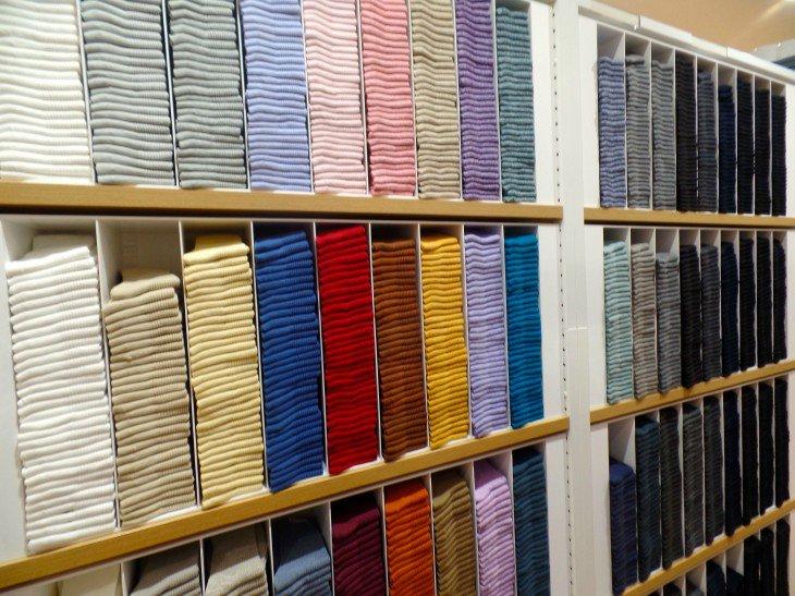 prateleiras das lojas com camisas por cor