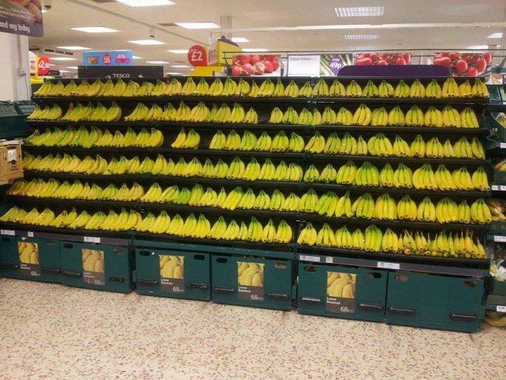 Bananas cremalheira acomodados alinhado