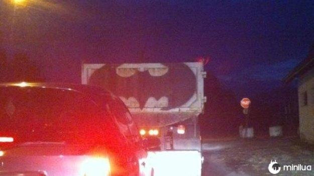 Batman foi de caminhão mesmo.