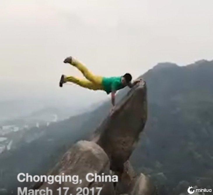 Homem cai do penhasco para uma foto