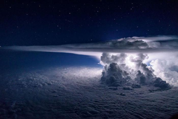 cumulonimbus enorme sobre o Oceano Pacífico a 11 km de altitude