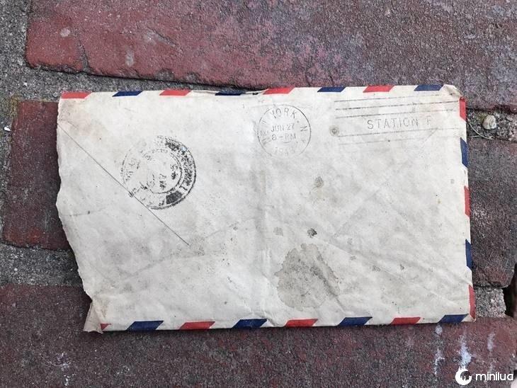 Melissa estava renovando sua casa recém-comprada quando notou a carta.