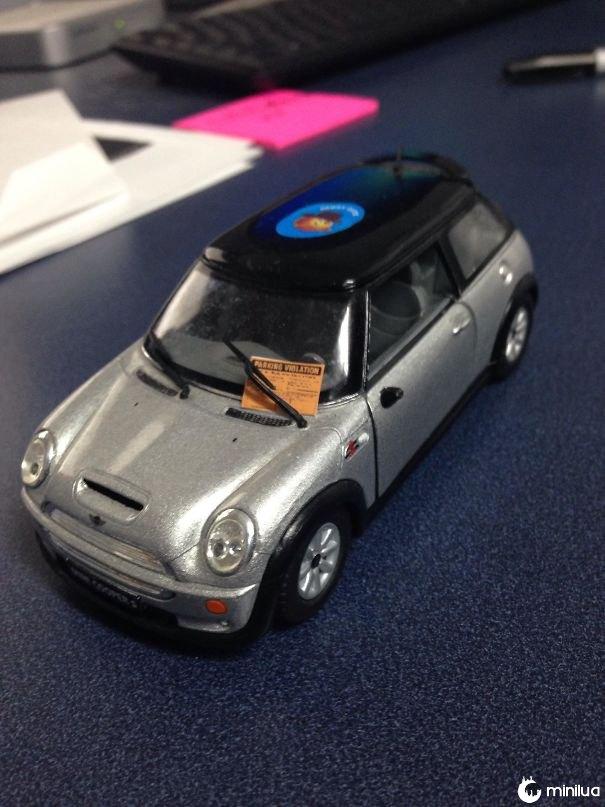 Deixei um carro de brinquedo como uma decoração para a sala de reuniões do meu escritório. Eu acho que alguém não quis lá