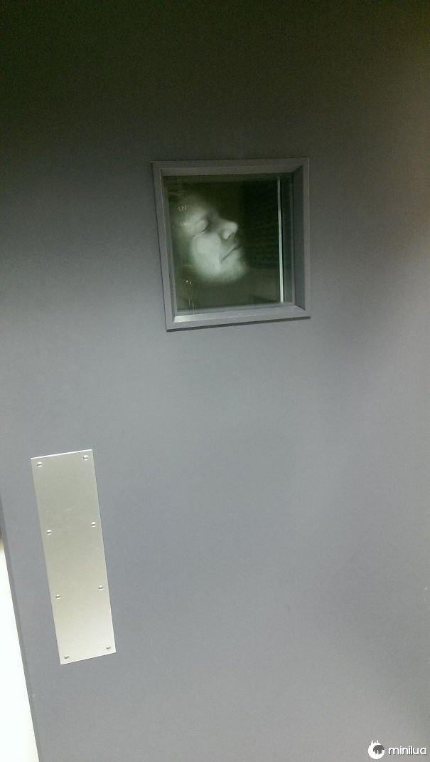Então eu fotocopiamos uma imagem do meu rosto e colocá-lo na janela da minha porta do escritório