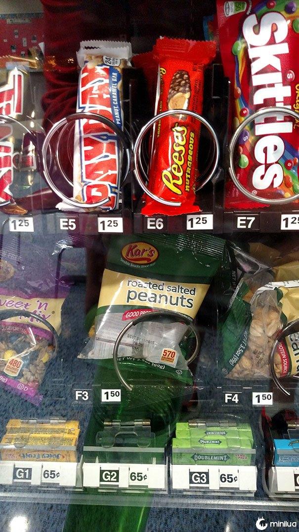 Esta máquina de venda automática está vendendo um saco vazio de amendoim