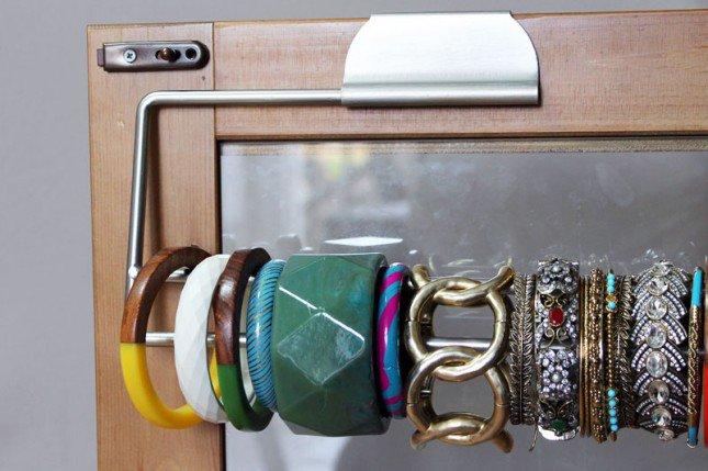 pulseiras organizador por trás de uma porta do armário com um rolo de papel toalha