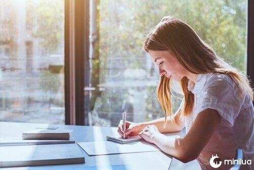 Mulher aplicando técnicas para estudar melhor
