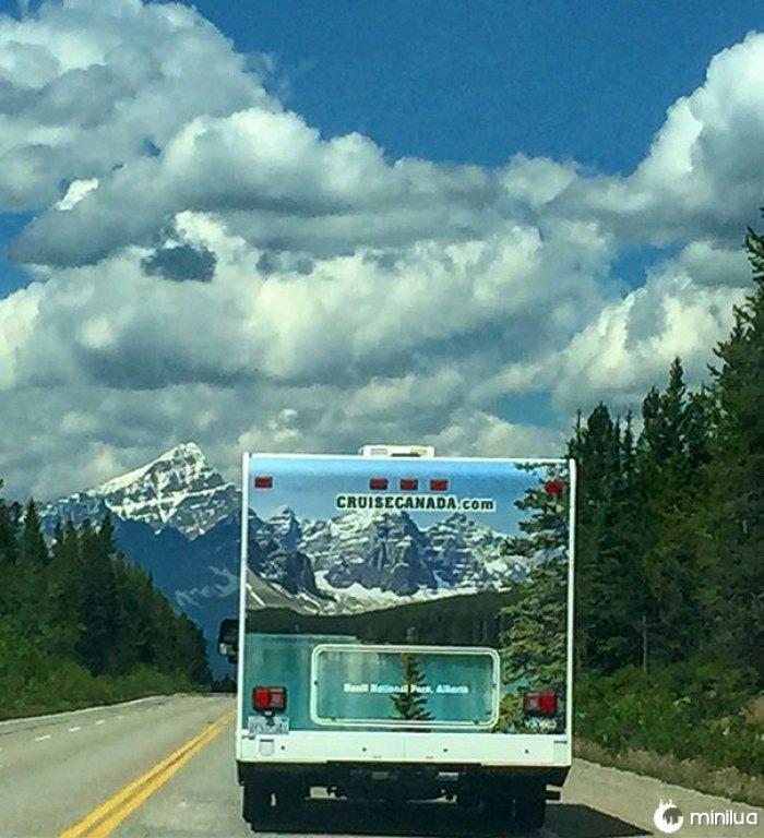 As montanhas e as árvores alinhadas perfeitamente neste campista na estrada