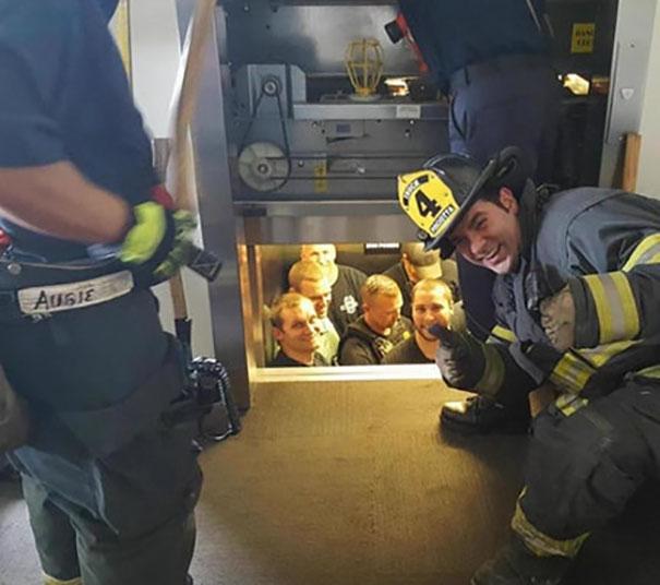 Departamento de Bombeiros de Kansas City Guarda o Departamento de Polícia de Kansas City do Elevador