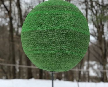 Esse cara levou um ano para fazer uma esfera com fósforos... e isso aconteceu quando ela foi ligada