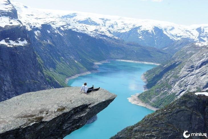 paisagem do lago e montanhas ao fundo