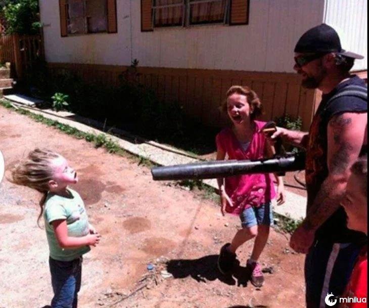 pai brincando com as meninas jogando ar