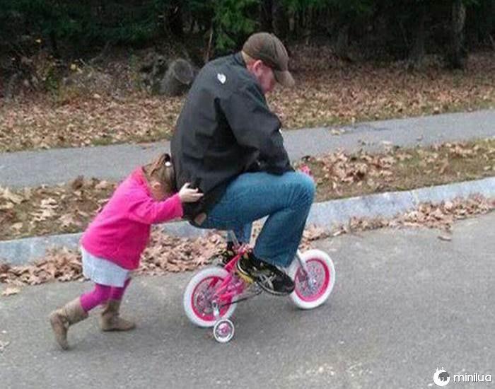 menina empurrando au homem na bicicleta