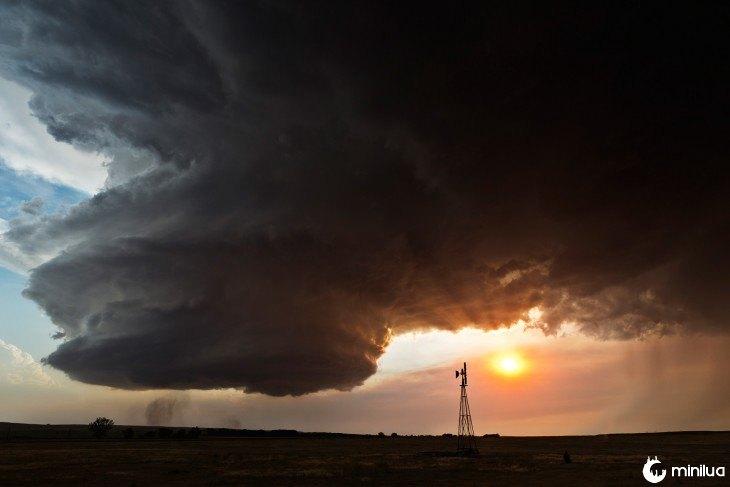 Paisagem, com, um, enorme, nuvem, forma, de, um, redemoinho, e, lado, de, a, sol, escondendo