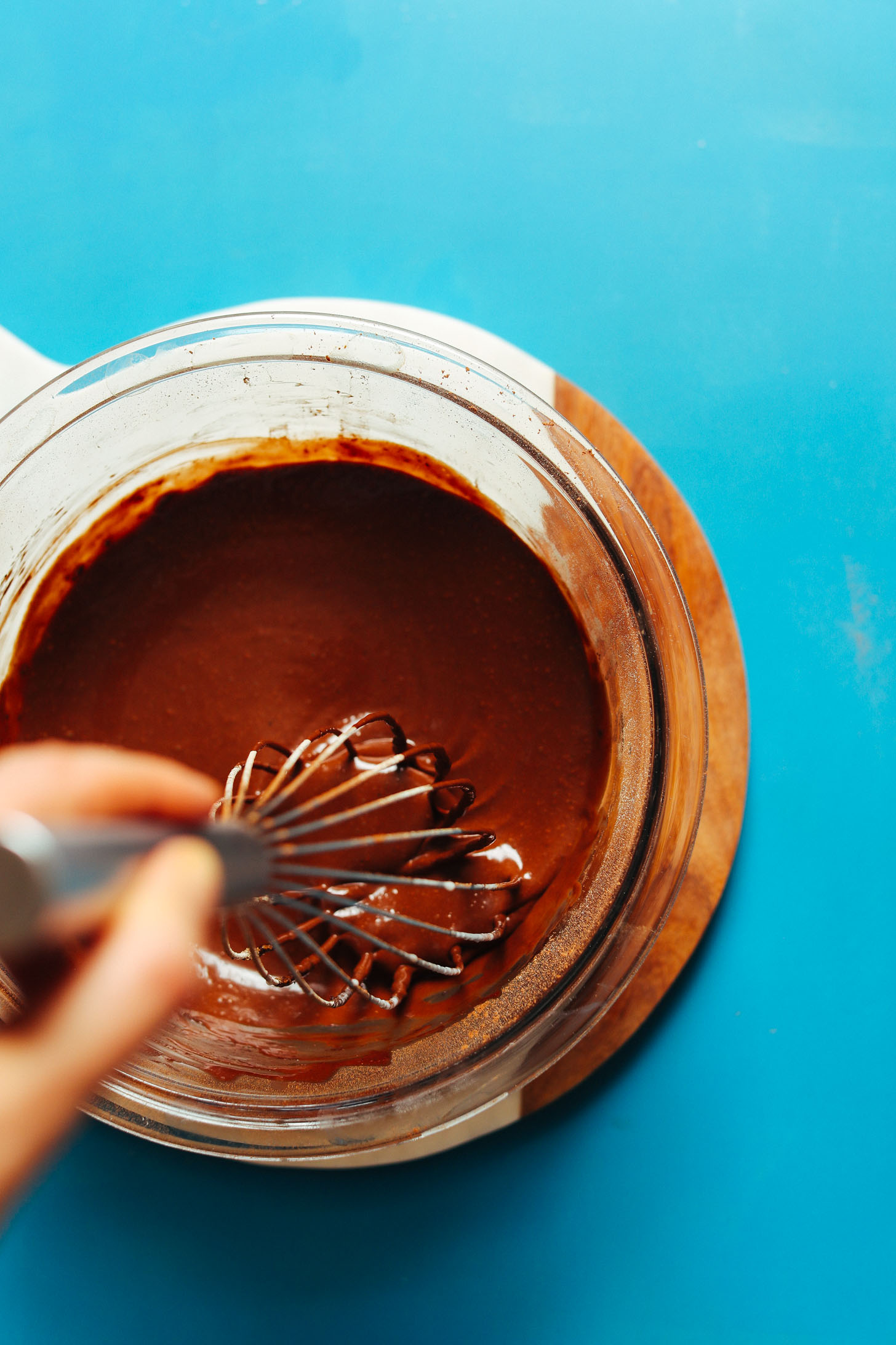 FEEL GOOD Vegan Hot Chocolate! 7 ingredients, naturally sweetened, SO creamy and rich! #vegan #glutenfree #plantbased #hotchocolate #dessert #chocolate #minimalistbaker #recipe