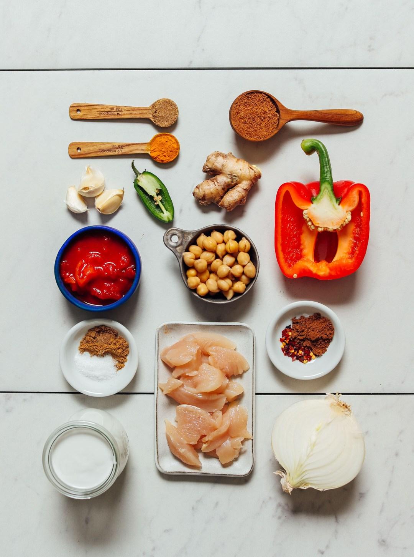 Garbanzos, pollo, pimiento morrón, cebolla, especias y otros ingredientes para hacer nuestra receta de 1 olla Tikka Masala
