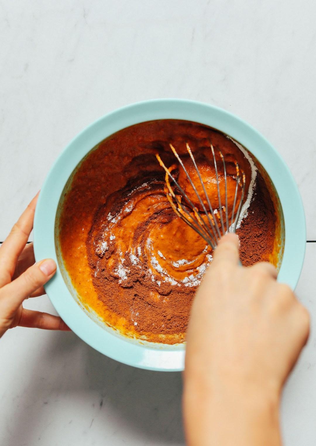 Batir los ingredientes para hacer nuestros muffins de batata y mantequilla de almendras