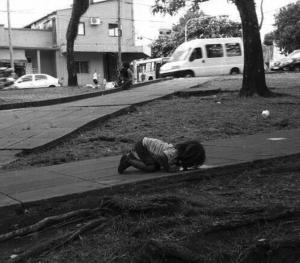 Bambina Argentina Che Beve In una Pozzanghera | MinimalistBoy