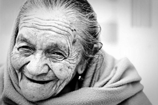 vecchietta con la demenza